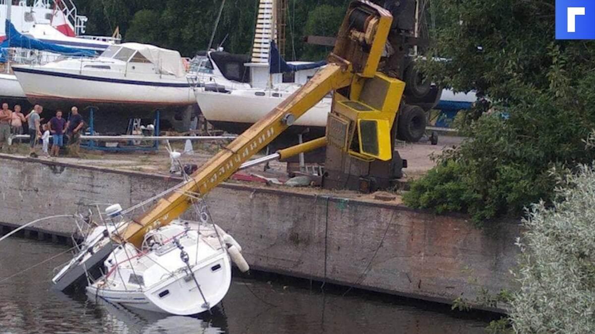 Строительный кран упал на яхту в Кронштадте