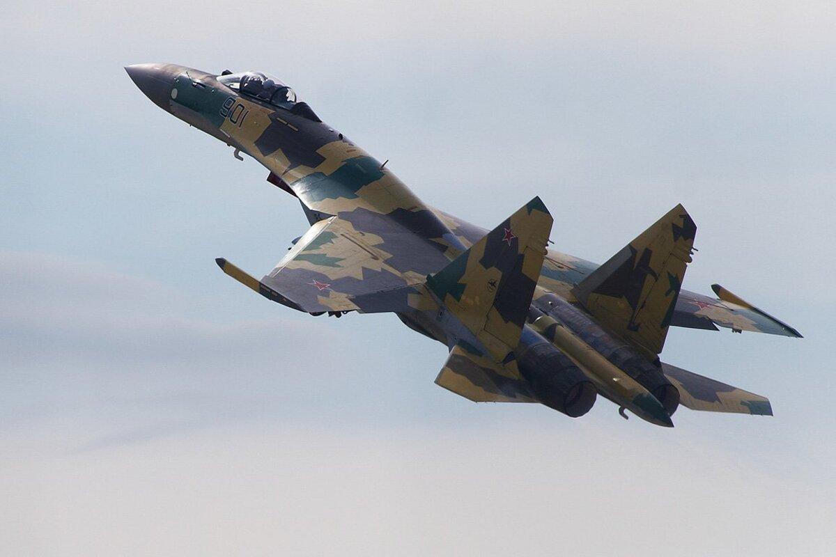 Истребитель Су-35 сопроводил самолёт-разведчик ВВС США над Тихим океаном
