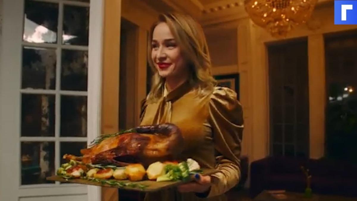 Cream Soda устраивает погром за новогодним столом в клипе «Атомы»