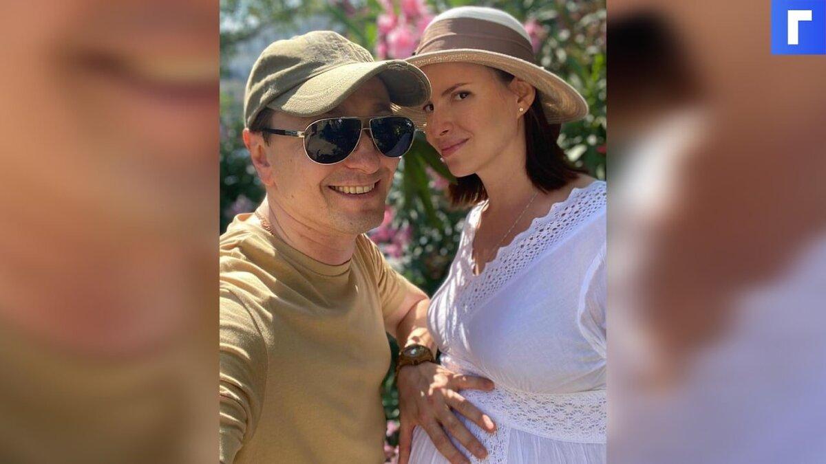 Безруков показал свою беременную третьим ребенком жену