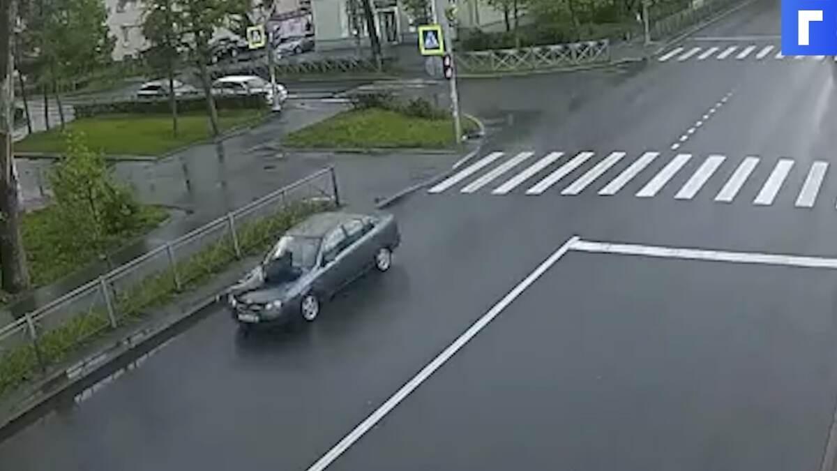 Петербурженка прокатила мужа на капоте по трассе после ссоры
