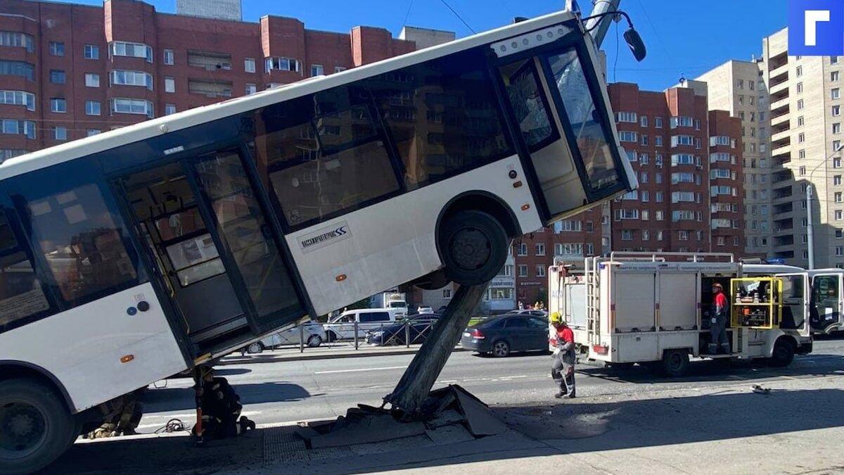 В Петербурге автобус «забрался» на фонарный столб