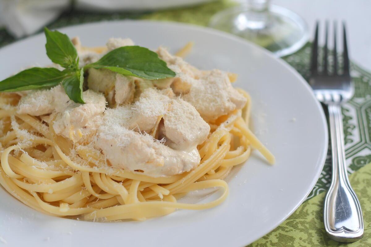 «Вкусно готовят лишь перед проверками»: родители в Петербурге жалуются на школьное питание