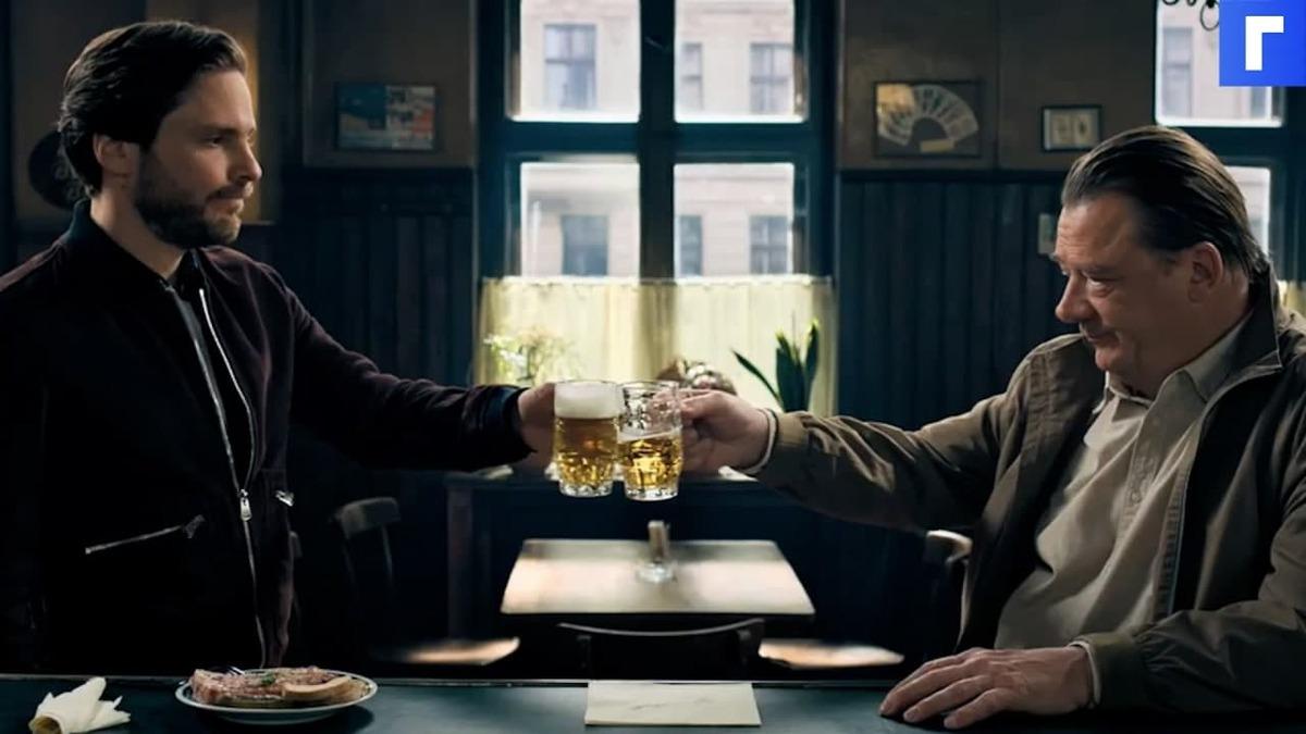 """Даниэля Брюля """"По соседству"""" прессует в баре агент """"Штази"""""""