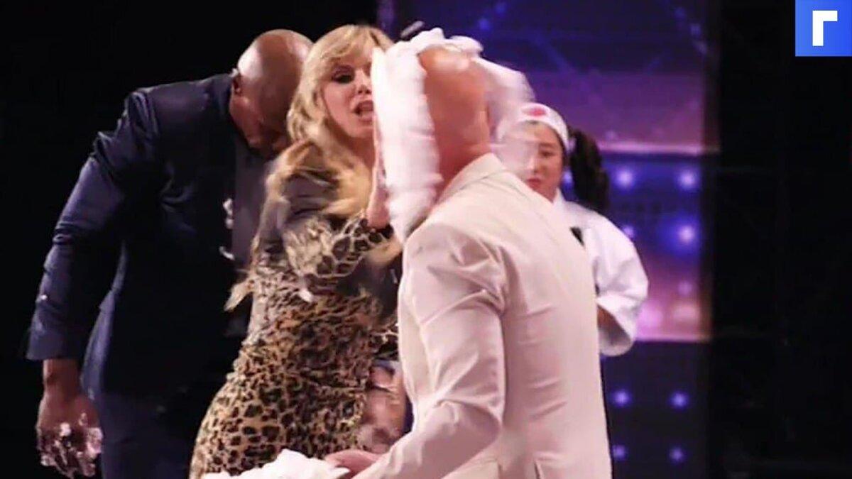 Удар ведущего тортом в лицо в прямом эфире запечатлели на видео