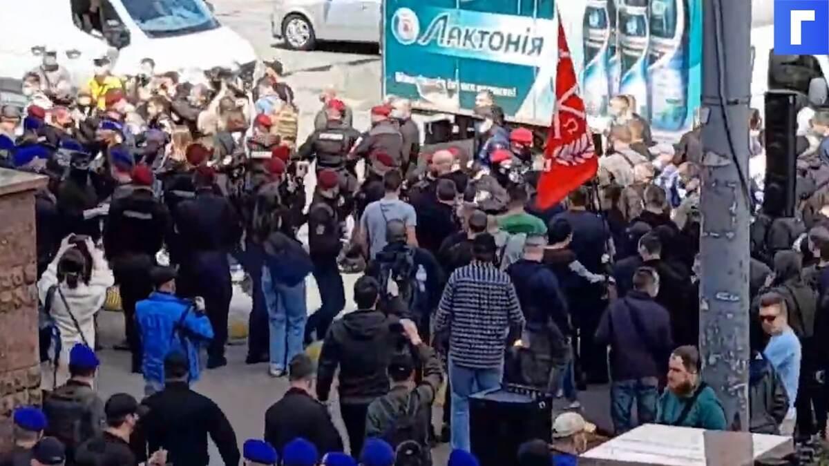 В Киеве начались столкновения националистов и сторонников Медведчука