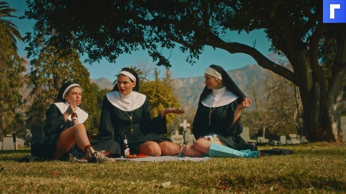 Белла Торн переодевается в монахиню с пистолетом в трейлере «Привычки»