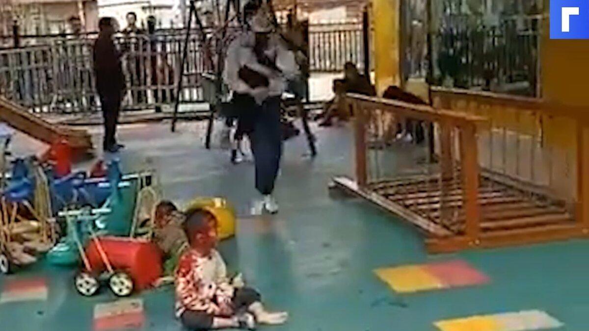 В Китае мужчина с ножом проник в детский сад и ранил 16 детей